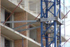 Высотный кран, применение высокопрочных крепежей - Фото